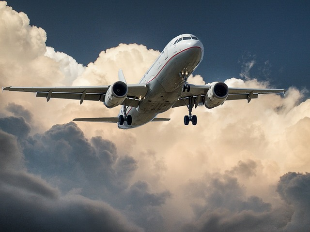 avion dans nuages