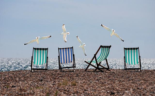 plage chaises longues vides